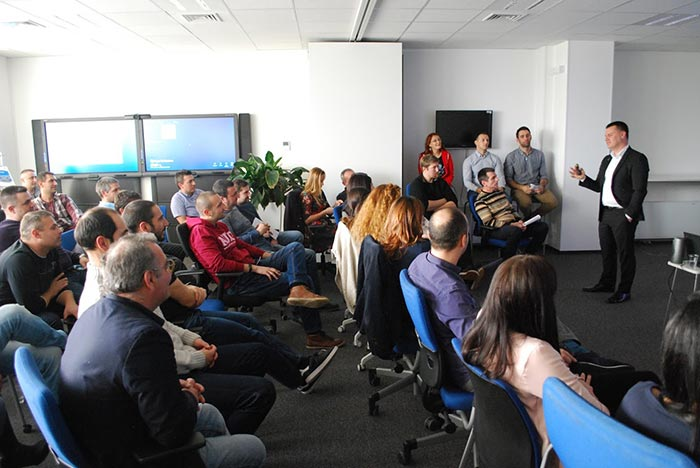 пилотът Марио Бакалов изнася мотивационна лекция през екип