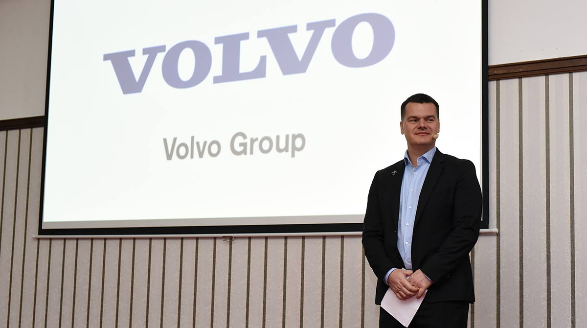 пилотът Марио Бакалов изнася мотивационна реч пред Volvo Group