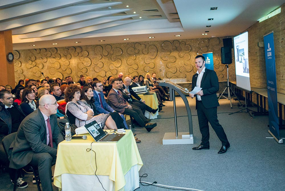 пилотът Марио Бакалов изнася мотивационна реч пред ДЗИ