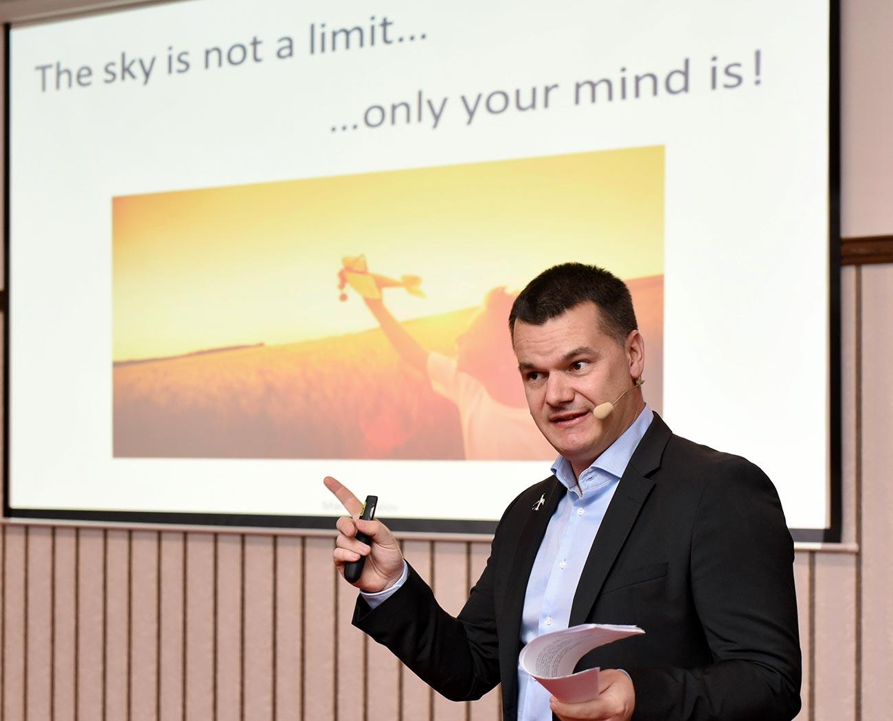 пилотът Марио Бакалов изнася мотивационна реч