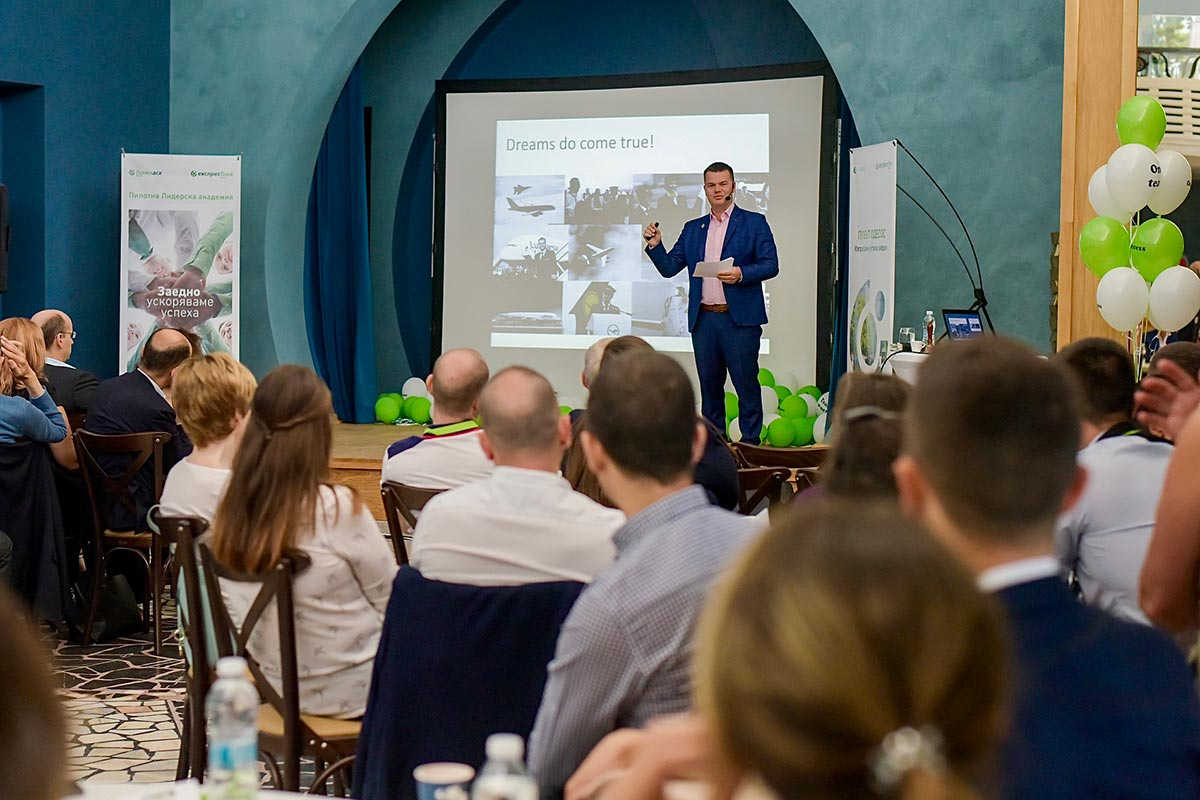 пилотът Марио Бакалов изнася мотивационна лекция през екипа на Банка ДСК