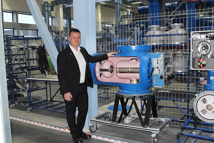 пилотът Марио Бакалов на посещение в производствена база