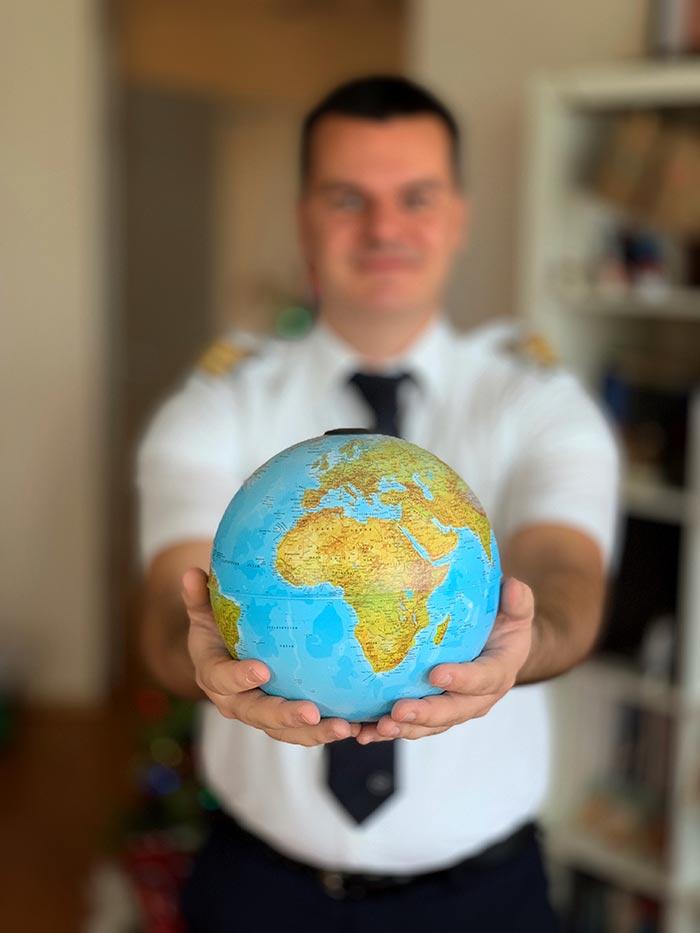 пилотът Марио Бакалов снимка с глобус в ръце