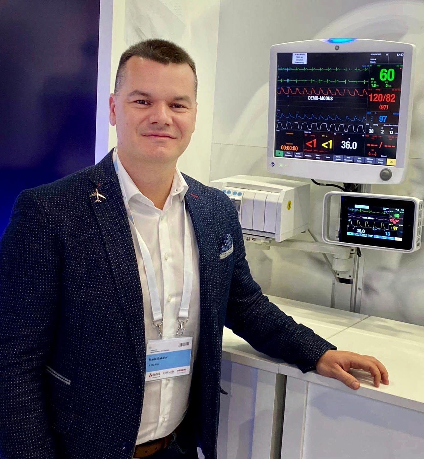 Марио Бакалов пред медицински апарат