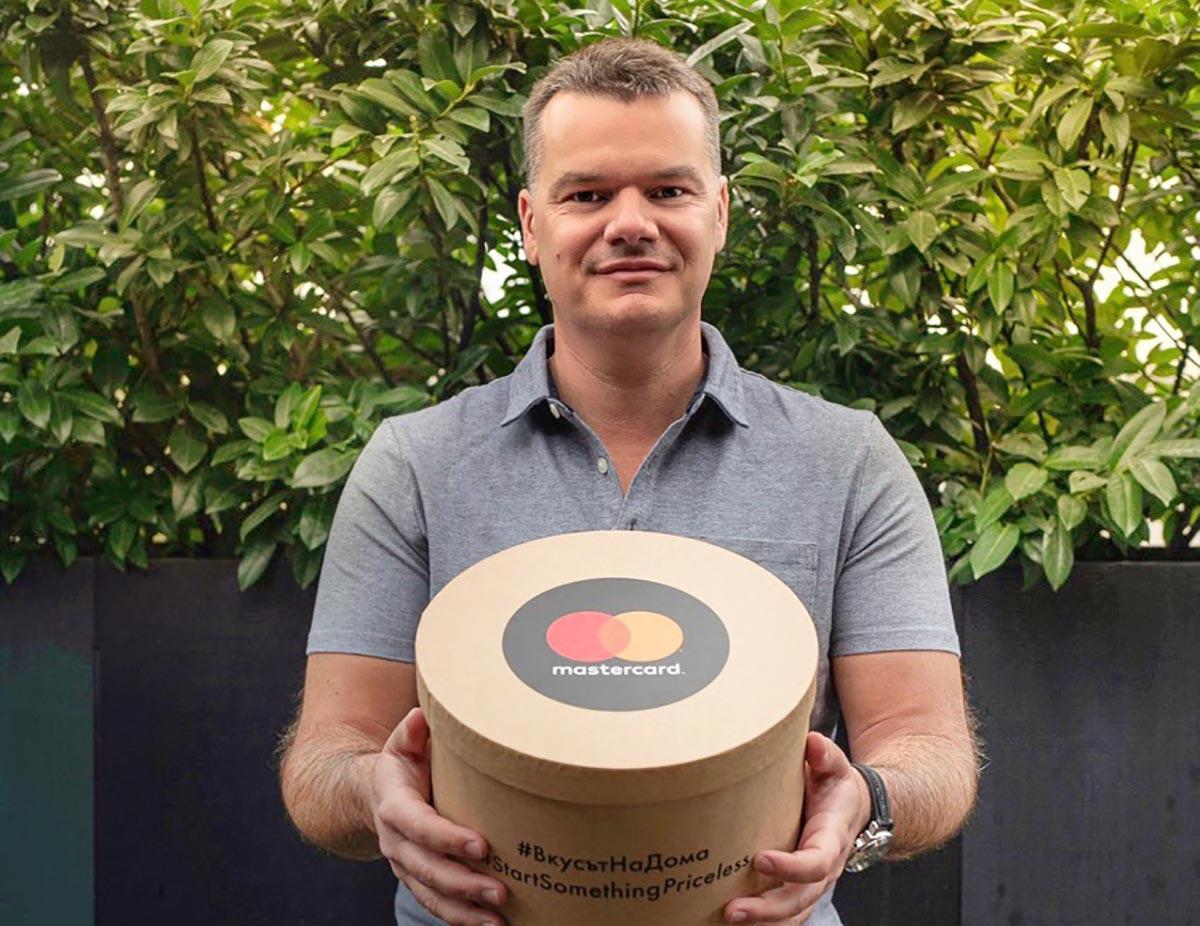 пилотът Марио Бакалов с кутия от MasterCard
