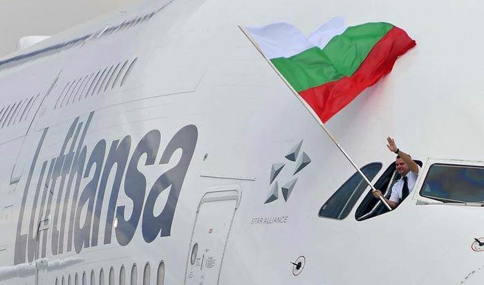 Марио Бакалов развява българския флаг от прозореца на А380