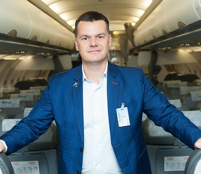 пилотът Марио Бакалов на борда на самолет