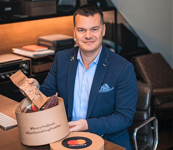 пилотът Марио Бакалов с кутия продукти от MasterCard