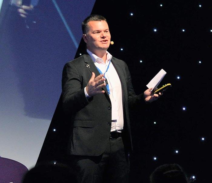 пилотът Марио Бакалов участие на конференция - близък план