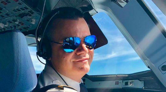 Марио Бакалов в пилотската кабина - снимка за корица широк кадър